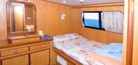 Grand yacht ancré dans le lagon aux dauphins - Zen&go