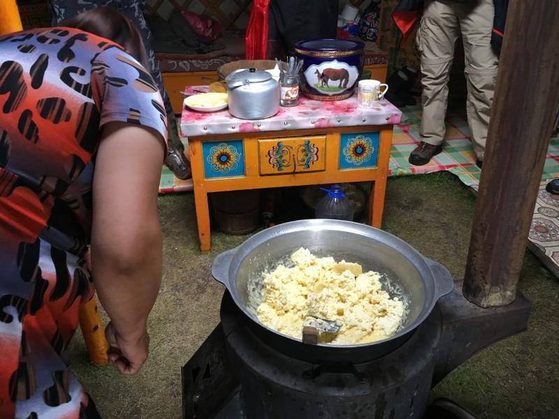 Beurre de yak chauffé pour faire une semoule
